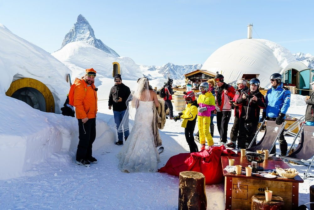 arriving for your wedding at iglu-dorf